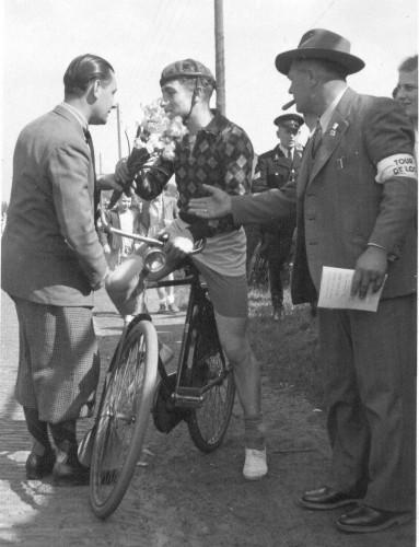 Links Ran Naaijkens en de winnaar van de Tour de Loo in 1956. Rechts Frans van Eekelen, als altijd met een sigaar.