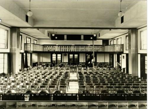 Het parochiehuis aan de Koestraat in de jaren dertig. Wat opvalt is de stijlvolle inrichting van de zaal.