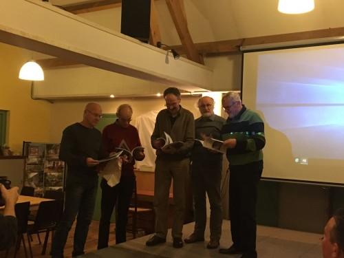 Hans, Will, Jan en Cees krijgen nummer 100 uitgereikt door Emmanuel Naaijkens.