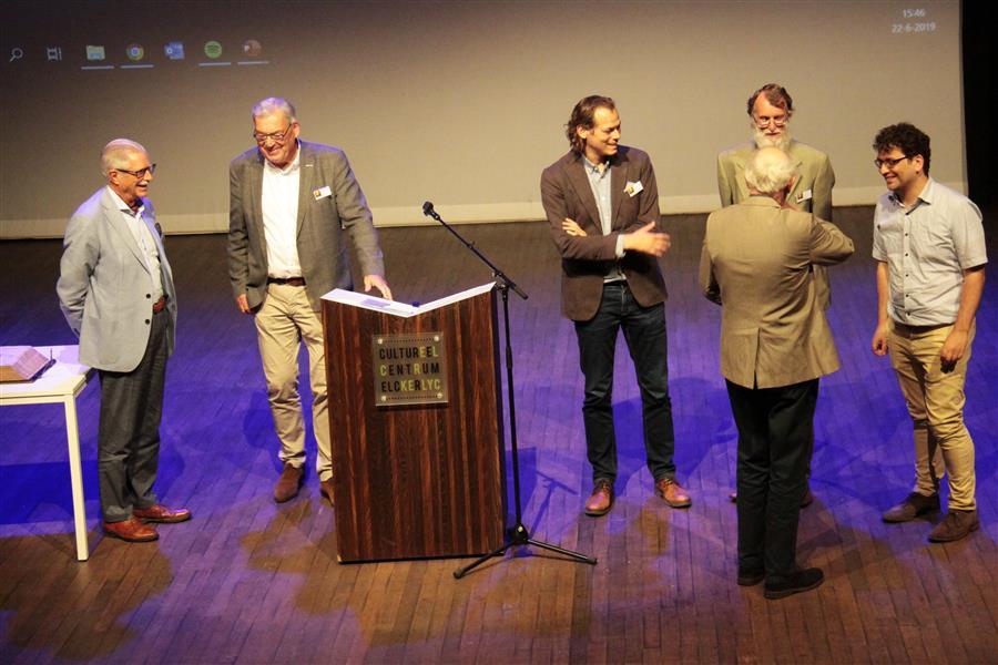 De vijf sprekers ontvangen dankwoorden van de voorzitter van de heemkundige kring