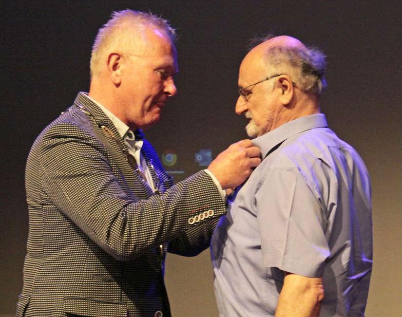 Emmanuel Naaijkens ontvangt de koninklijke onderscheiding voor zijn verdiensten voor de heemkundige kring